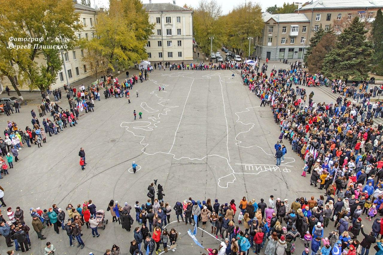 В городе Таганроге около 3000 горожан выстроились в «живую» карту России. ВИДЕО