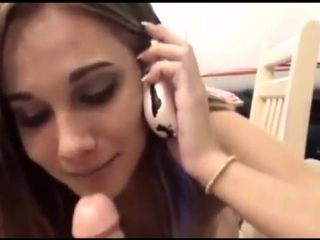 порно сосет и разговаривает по телефону фото