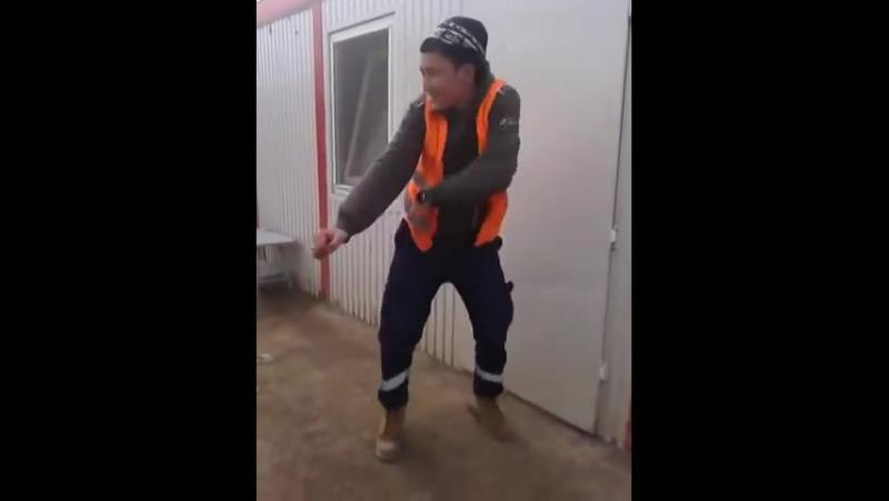 Бомба!Смотрите до конца!Вот это красавчик парниша Казах Круто танцует (Айдос из Атырау)
