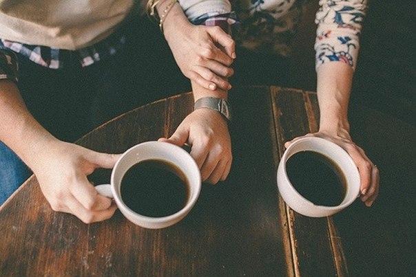 Nhâm nhi tách cafe nóng bên nhau và ôn lại những kỷ niệm đẹp thời mới yêu là điều 2 bạn có thể làm nếu không ra ngoài được vì mưa