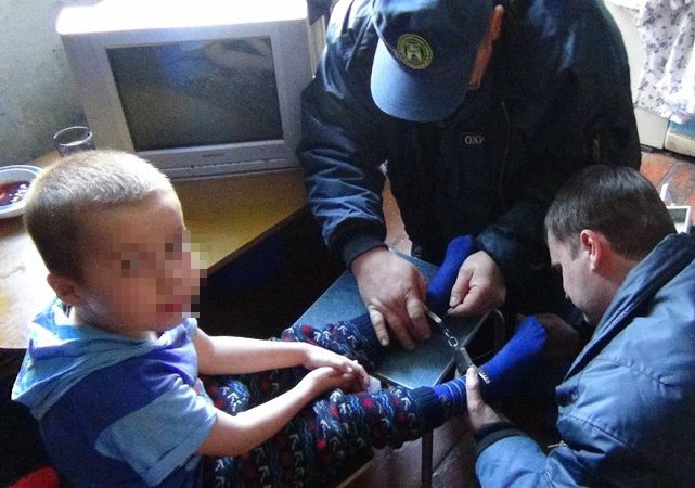 В Таганроге сотрудники МЧС освободили 7-летнего ребенка от наручников одетых на ноги
