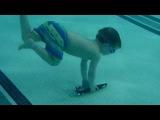 Дети в бассейне.  3- летний William ныряет и плавает как торпеда.