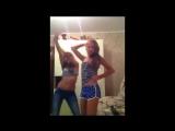 Девочки подружки развлекаются перед камерой