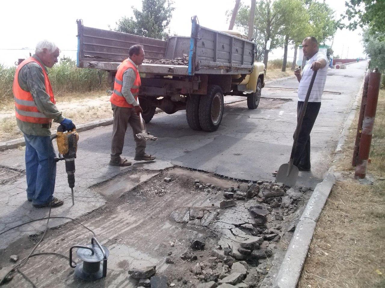 VW80qvSO5PY В Сергеевке под конец курортного сезона ремонтируют дороги (фото)
