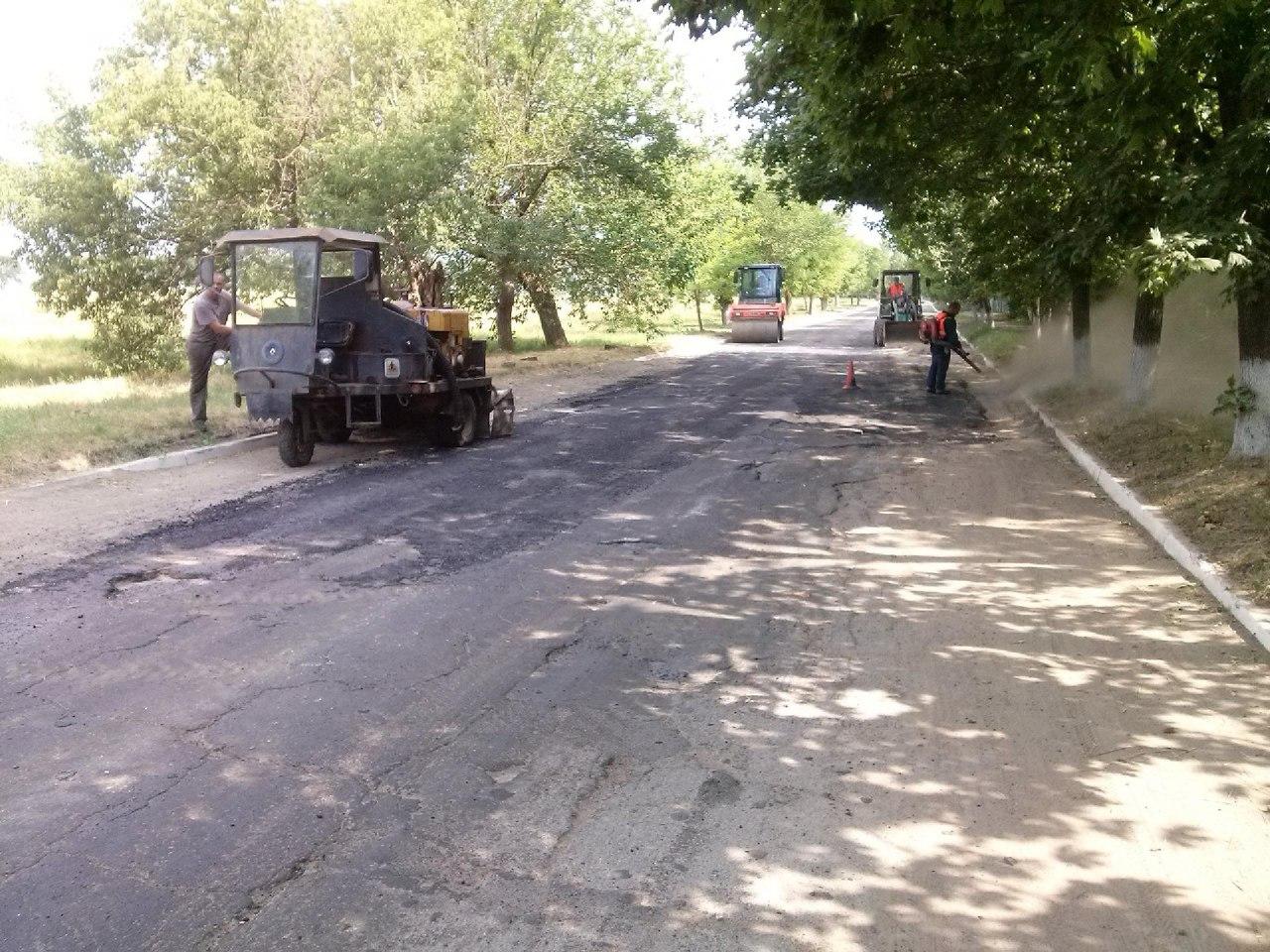RLBjdwNC7e8 В Сергеевке под конец курортного сезона ремонтируют дороги (фото)