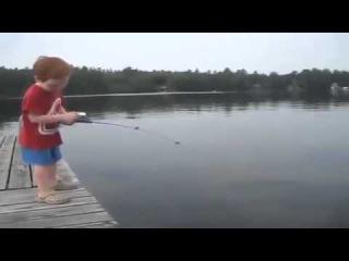 Малыш на рыбалке.Прикольное видео.