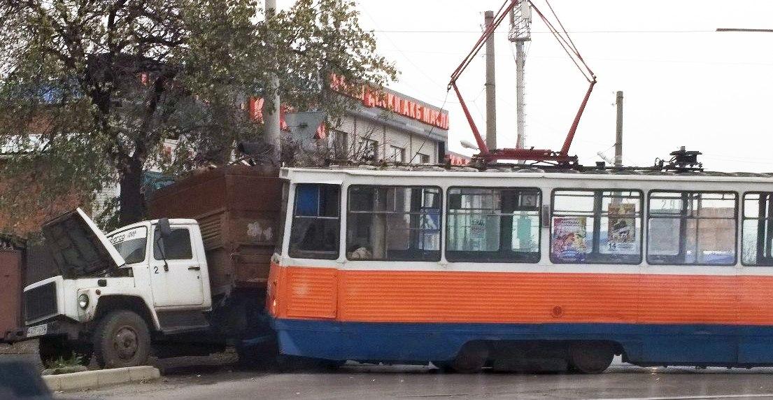 В Таганроге трамвай протаранил груженный ветками и мусором грузовик