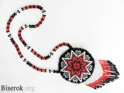 Учимся плести разные украшения и кулоны.  Как сплести индейский амулет из бисера / Кулоны и подвески...