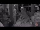 Одинокие девки трогают друг друга за груди.