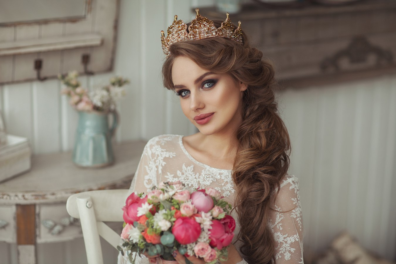 свадебные прически с короной и челкой