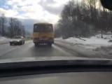 Невнимательный водитель автобуса с надписью на борту _ДЕТИ_ ,  гос номер ак699 регион47 , рискует жизнями детей!