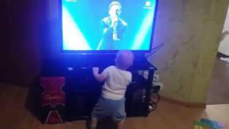 Малыш танцует под Sunsay – Love Manifest! Даже дети его любят!) Dance boy