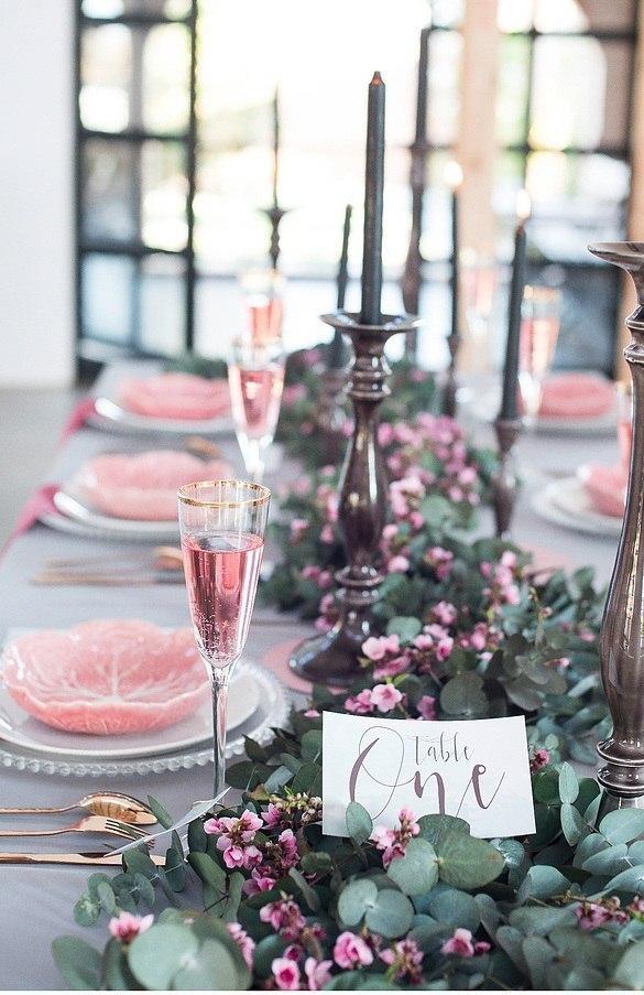 Нежный декор в сочетании розового, серого и золотого