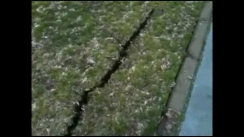 Цунами. Япония. вода бьет фонтаном из под земли.