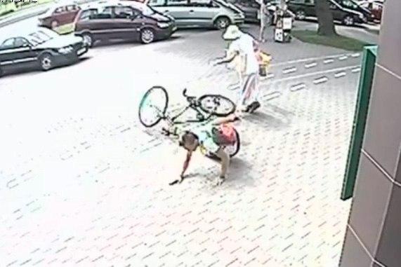 Велосипедист сбил женщину на велодорожке, его ищет милиция