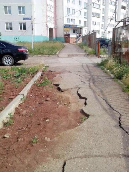 Жительница Альметьевска пожаловалась на разрушенный тротуар на проспекте Строителей – «Народный контроль»