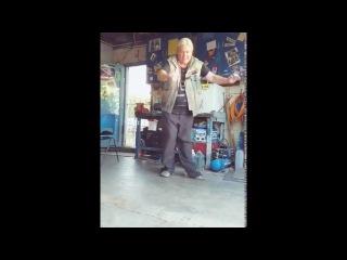Старик невероятно круто танцует!