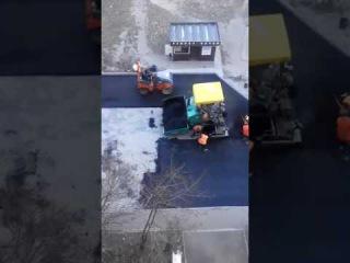 Во дворе дома 256 по Салтовскому Шоссе делают дорогу.Салтовка