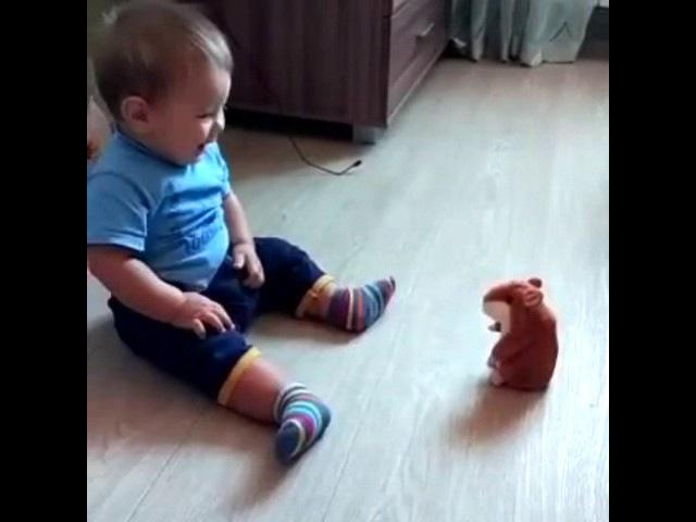 Маленький ребёнок испугался хомяка - РЖАЧ