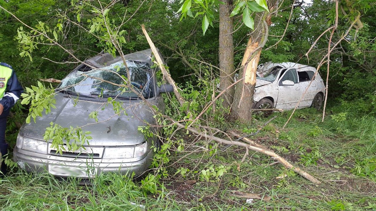 Под Таганрогом вылетели с трассы и перевернулись два автомобиля, 2 пострадавших
