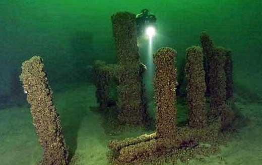 каменное строение в озере мичиган