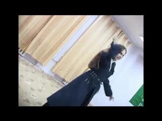 Девушка исполняет танец с шашками русских казаков!