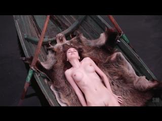 Сама нежность - юная голая девушка в лодке [ офигенные классные большие сиськи молодая жопа попка киска не порно секс студентка]