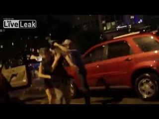 LiveLeak com Drunk Girl Assaults Random Guy-Пьяный девочка Штурмы случайный парень Техас.