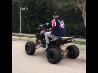 Крис катается на квадроцикле [2]