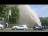 Прорыв трубы в Барнауле, фонтан выбил окна на 9 этаже