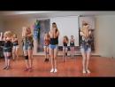 Девочки танцуют на сцене в лагере
