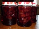 Девочки варим клубничное варенье. Girls cook strawberry jam