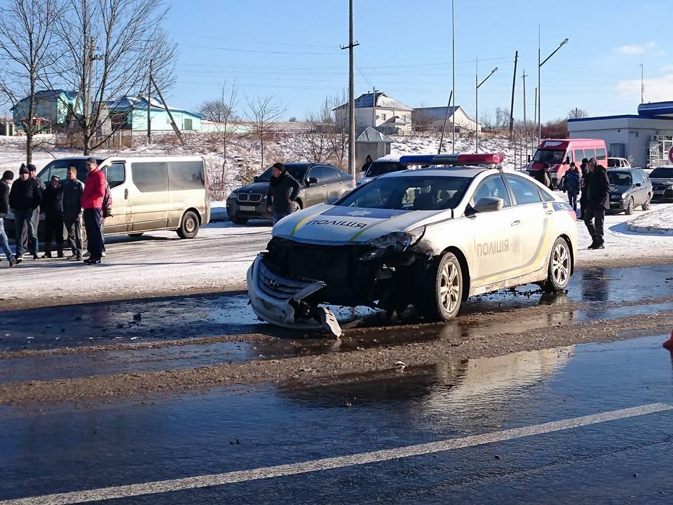 ДТП на трасі Чернівці-Порубне: авто поліції зіштовхнулося з мікроавтобусом (ФОТО)
