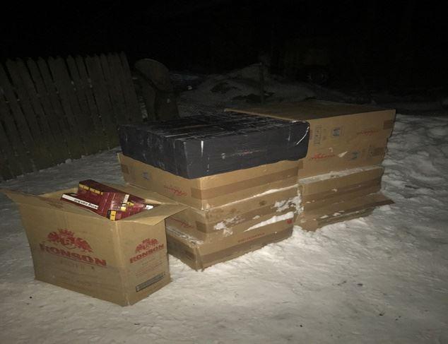 Майже 60 ящиків цигарок — на Вижниччині виявили сховище контрабандного курива (ФОТО)