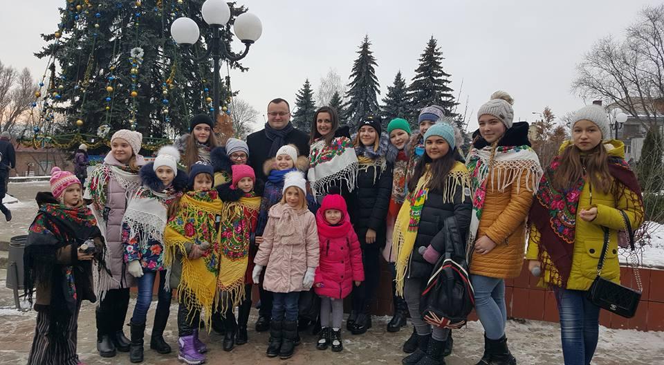 У Чернівцях відкрили три ялинки. Завтра — презентація головної новорічної красуні (ФОТО, ВІДЕО)