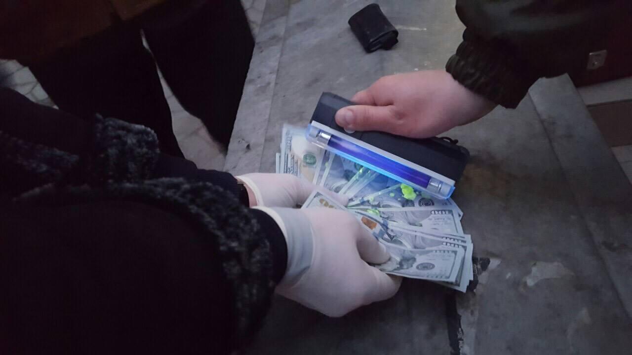 На хабарі у півтори тисячі євро затримали буковинського чиновника