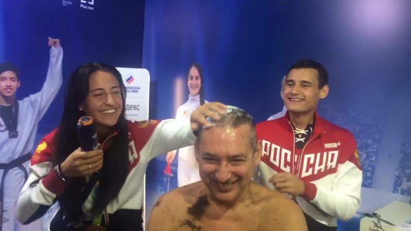 Тренера сборной РФ по фехтованию побрили наголо.