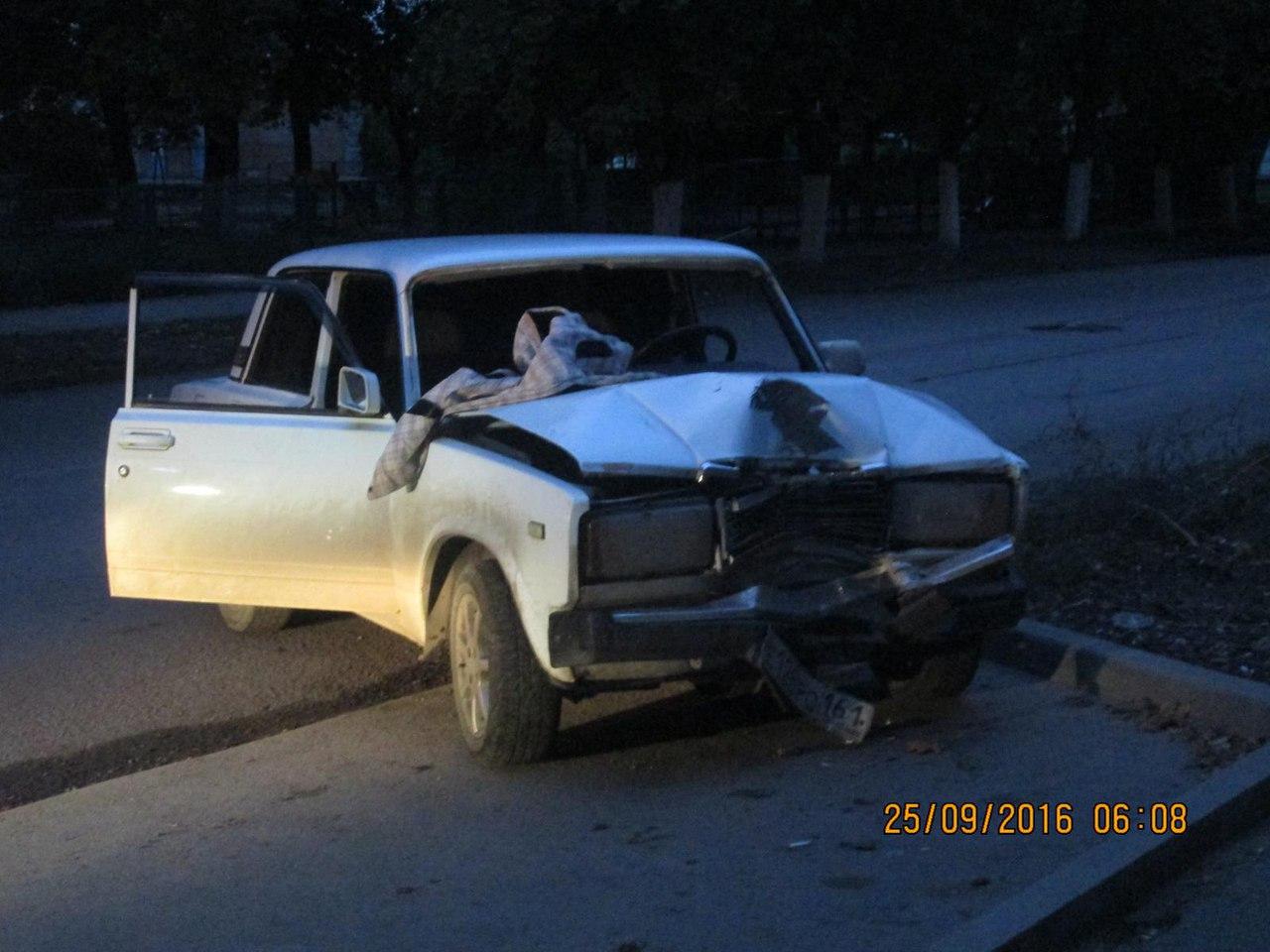 В Таганроге водитель «семерки» врезался в столб