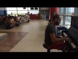 Пианист в аэропорту играет К Элизе 12 разными стилями и музыку из Титаника