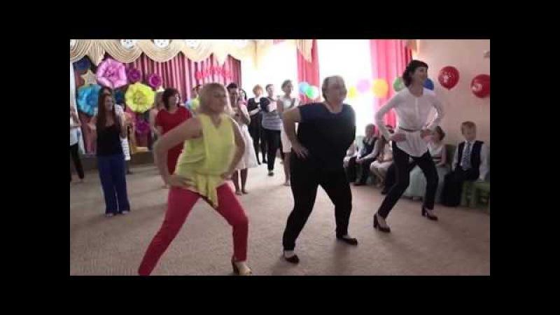 Танец родителей и детей на Выпускной в детском саду.