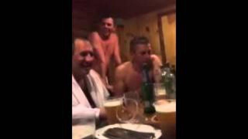 Мужик в бане рассказывает анекдот проДва путя и все валяются со смеху
