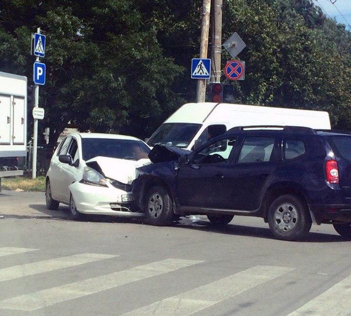В Таганроге лоб в лоб столкнулись Honda и Renault Duster
