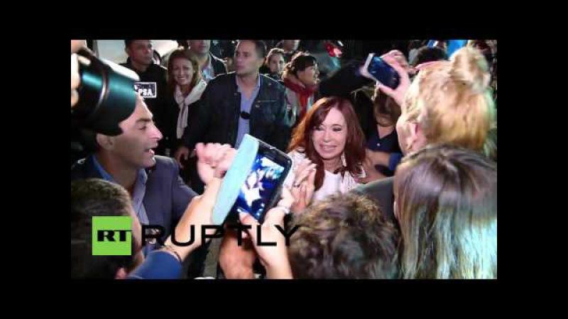Аргентина: Тысячи толпа Киршнер, как она прибыла к лицу обвинений в мошенничестве.