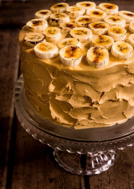 Шоколадный торт с карамелизированными бананами