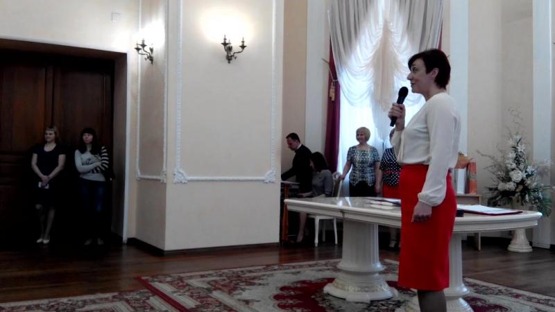 Поздравляет заместитель мэра города М.В.Полунина