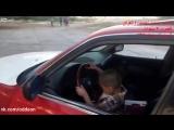 Маленький мальчик дрифтит на БМВ