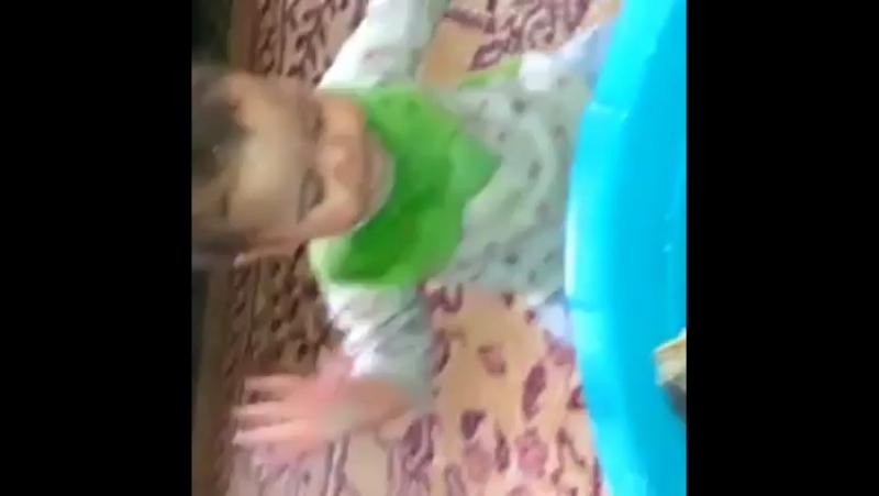 Ребёнок целуется с рыбкой))