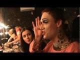 Сара ОКС клеит геев в клубе