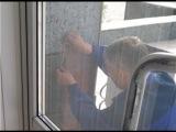 До#бюджет'ились чиновнички! Падающие с #фасад'а ратуши плитки заклеили...#скотч'ем