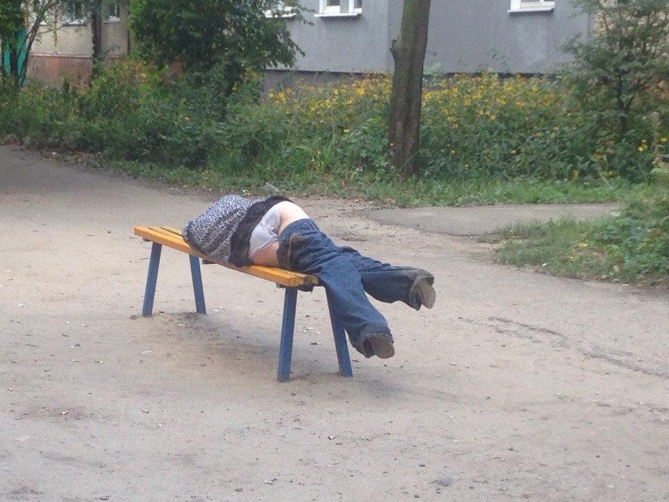 спит пьяная со спущенными штанами фото - 1